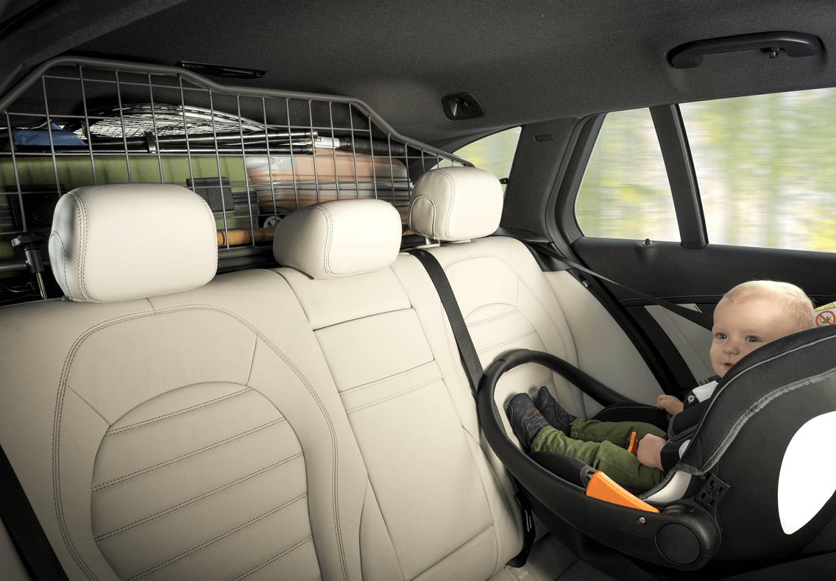 Reboarder-Kindersitz mit Baby. Zusätzlicher Schutz kommt durch das Travall Guard.