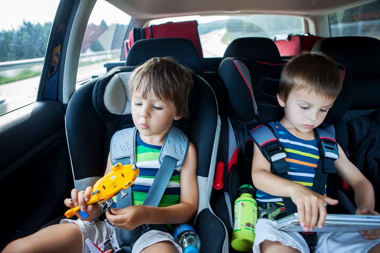 Als Eltern warnen wir unsere Kinder davor, auf die Straße zu laufen, weil es dort gefährlich ist. Tatsächlich werden aber mehr Kinder verletzt, wenn sie im Auto sitzen. Wie kann das sein? In diesem Beitrag habe ich die 12 Faktoren, die die größten Risiken bergen, zusammengestellt.