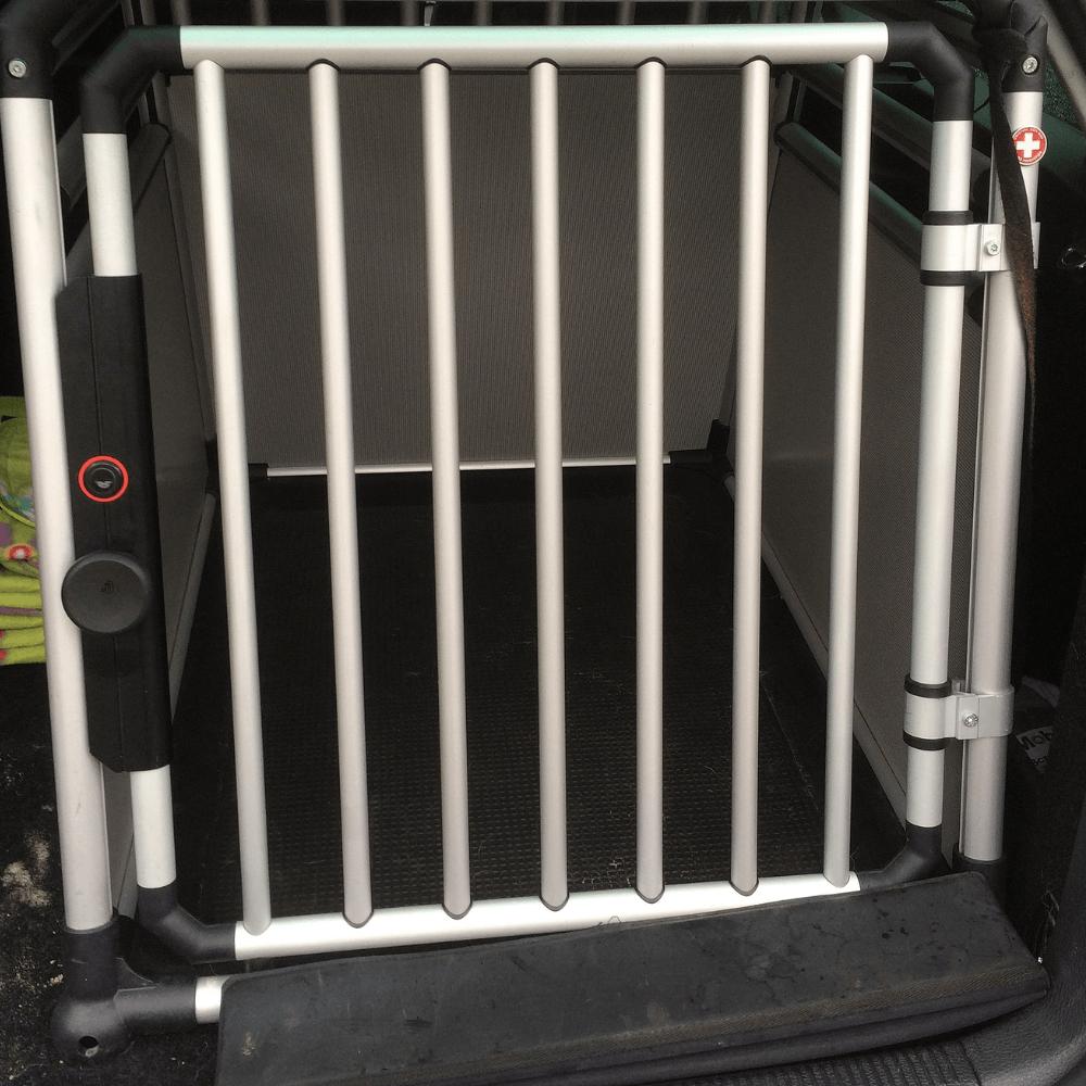 Eine stabile Transportbox aus Aluminium sichert Hunde im Kofferraum. © Jan Hagelskamp1