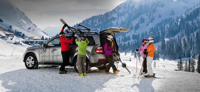 Familie im Ski-Urlaub mit einem Travall Hundegitter