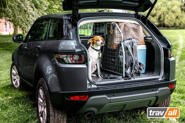 Mit einer Kombination aus Hundegitter und Laderaumteiler von Travall wird für mehr Sicherheit gesorgt.