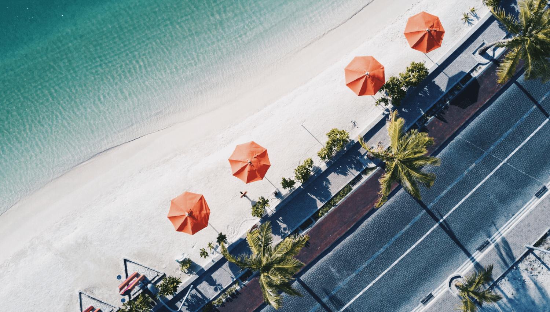 Urlaub im Oktober ist klasse, denn dann kann man den Sommer verlängern, an den Strand gehen und unter einem Sonnenschirm liegen. © Unsplash.com