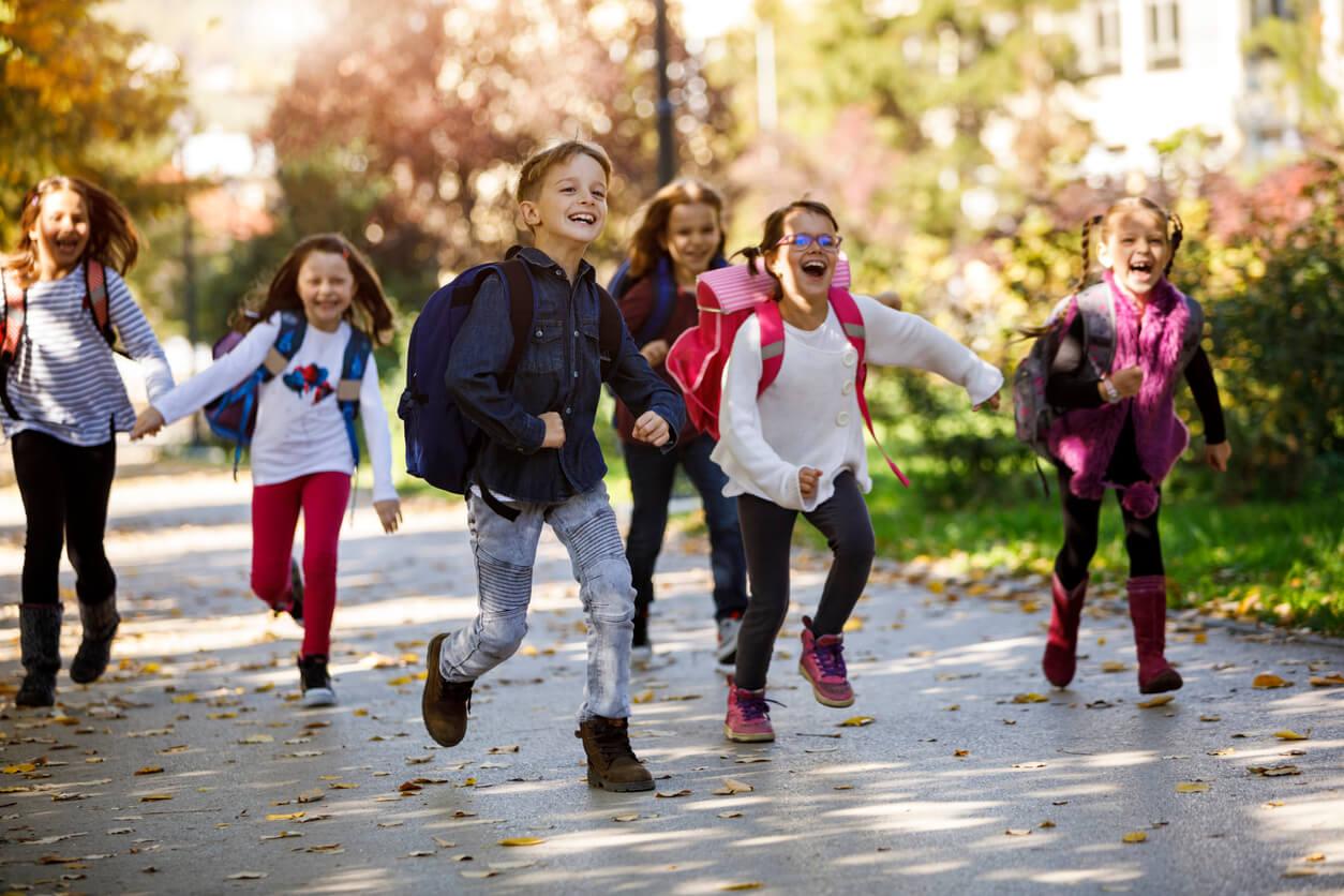 Der erste Schultag nach den großen Ferien ist nicht leicht. Damit die Kinder so glücklich in die Schule gehen, wie die Gruppe hier im Bild, haben wir 10 Tipps für den ersten Schultag nach den Sommerferien zusammengestellt.