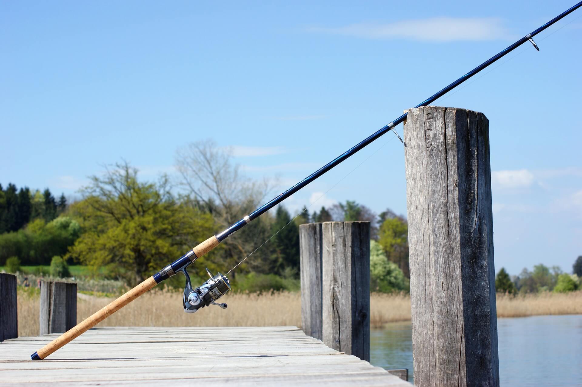 Angeln ist ein beliebter Freizeitsport in Deutschland, der von Alt und Jung ausgeübt werden kann. Es ist das perfekte Hobby für alle, die eine ruhige Zeit in der Natur verbringen möchten. Die Angelrute im Bild steht auf einem Steg und wird zum Fliegenfischen an der Mecklenburgischen Seenplatte genutzt. © Pixabay.com