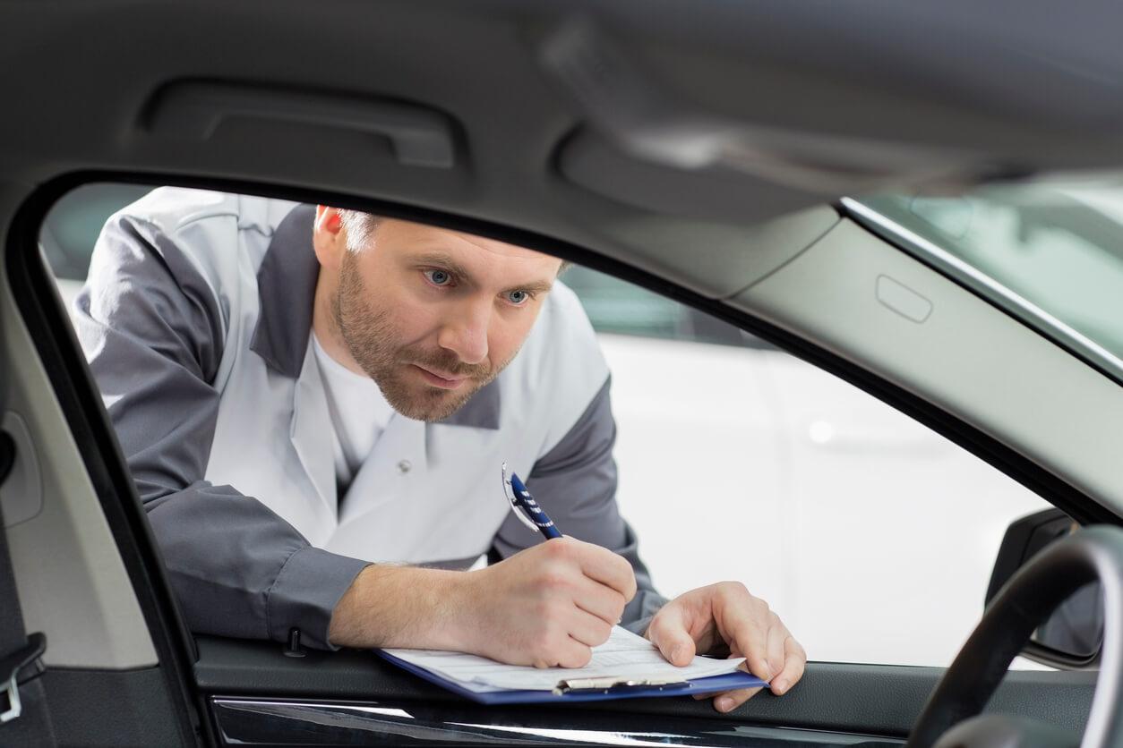 Wer sich für ein Leasing-Auto entscheidet, statt ein Fahrzeug zu kaufen, der muss besonders darauf achten, in welchem Zustand sich der Wagen bei der Rückgabe befindet. Travall hilft euch, das Auto sauberzuhalten, damit ihr eure Seite des Leasing-Vertrags einhaltet und es bei der Rückgabe nicht zu Beanstandungen kommt. © iStock.com
