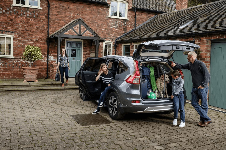 Mit einem Hundegitter und dem passenden Kofferraumteiler könnt ihr euer Auto für Kind und Hund perfekt auf alle Abenteuer vorbereiten. Die Gitter werden vor der Abfahrt montiert und sorgen für einen höheres Sicherheitsniveau im Wagen, damit eure Liebsten sorglos einsteigen und die Fahrt genießen können.