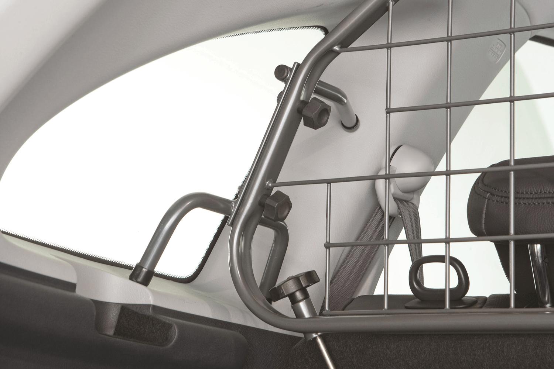 Das Hundegitter von Travall wird so befestigt, dass es besonders fest sitzt und Ladung bei einer Kollision davon abhält, nach vor geschleudert zu werden. Es hat besonders gute, fahrzeugspezifische Befestigungsteile. © Travall