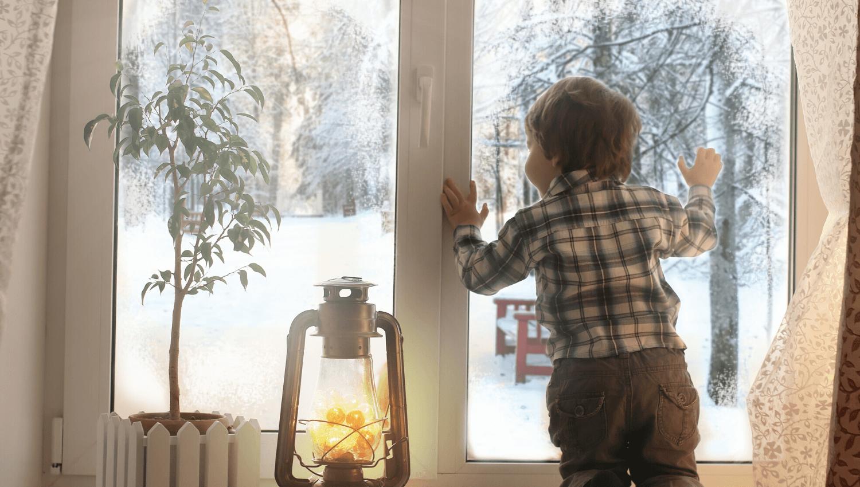 Für Kinder fühlt sich das Warten aufs Christkind quälend lang an. Wir haben ein paar Ideen, wie ihr die Kleinen an Heiligabend beschäftigen könnt. © iStock.com