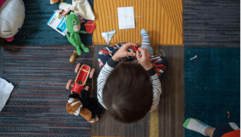 Bei schlechtem Wetter müssen Kinder drinnen beschäftigt werden. Wir haben viele gute Ideen zusammengestellt, die ihr mit euren Kindern im Haus oder in der Wohnung spielen könnt. © Pexels.com