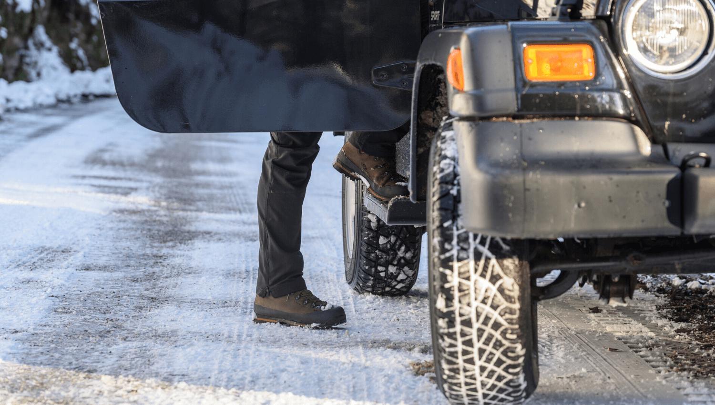 Winterreifen sind eindeutig wichtig, denn sie dienen der Sicherheit. Aber auch Gummifußmatten sind wichtiges Autozubehör für den Winter: Sie helfen dabei, die unangenehmen Folgen von Tauwasser im Wagen zu vermeiden. © iStock.com