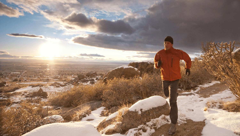 Wenn eure guten Vorsätze für das neue Jahr Fitness und Bewegung an der frischen Luft beinhalten, dann könnt ihr diese ganz einfach mit einem Outdoor Training umsetzen. Dazu benötigt ihr weder Geräte noch ein Fitnessstudio. © iStock.com