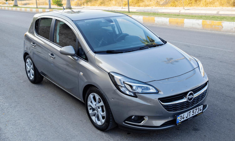 """Der Opel Corsa E eignet sich besonders gut für den Arbeitsweg, denn er ist leicht zu fahren, zuverlässig und sparsam. Daher ist er Teil unserer Blogpost-Reihe """"Die besten Pendlerautos"""". © iStock.com"""