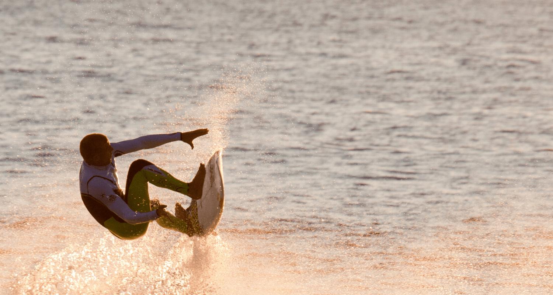 Wer zum ersten Mal in den Surfurlaub fährt, überlegt vielleicht, was man zum Surfen alles mitnehmen muss. Wir haben die sechs wichtigsten Dinge in einer Infografik zusammengestellt, damit es euch beim Surfurlaub an nichts fehlt! © Unsplash.com